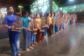 Rombongan antara kalsel nikmati suguhan seni tradisional Jabar
