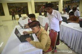 Siswa SMP beradu mengetik aksara Bali di komputer
