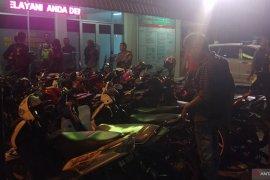 Polisi Padang kandangkan puluhan sepeda motor pada razia Sabtu malam