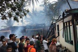 Satu orang tewas dalam kebakaran yang hanguskan empat rumah di Solok