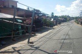 Dihantam puting beliung, tiga tiang PLN tumbang menutupi Jalan Nasional di Tapsel