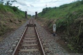 Tumpukan batu di tengah rel ditemukan penilik rel di Jember