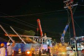 Pascaputing beliung, sejumlah tiang listrik yang rusak diperbaiki