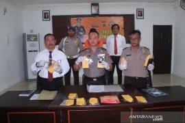 Polisi tangkap seorang pria sedang mengkonsumsi ganja