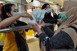 Pekerja migran di Hong Kong bagikan masker bantuan Pemkab Jember.
