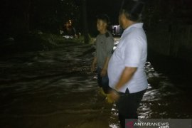 Tanggul sungai Citarum di Muaragembong Bekasi jebol akibatkan akses warga tertutup