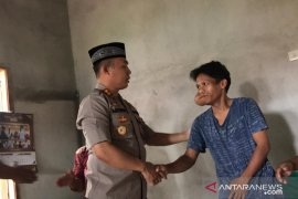 Polisi Bangka Barat santuni penderita tumor