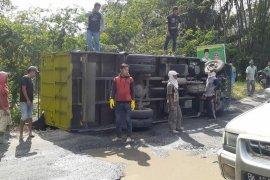 Truk pelet ikan terguling di lintas Pematangsiantar - Seribu Dolok Simalungun