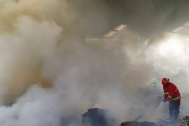 Gudang tua bekas kilang kayu di Sinaksak Simalungun terbakar