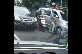 Viral pengemudi mobil pukul sopir ambulans, polisi selidiki