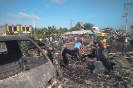 Personil TNI berjibaku bersihkan puing-puing pasca kebakaran