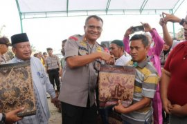 Kapolres Inhil dan Yayasan Vioni Bersaudara bantu korban kebakaran