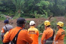 Ratusan warga terisolasi akibat tanah longsor di Tasikmalaya