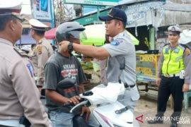 Jasa Raharja Babel bagikan helm gratis ke pengendara lalu lintas