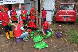 PMI melatih relawan Sibat Lombok Utara membuat kloset