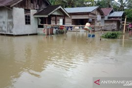Hujan deras mengguyur Jelimpo, sejumlah desa terancam