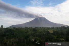 Gunung Sinabung kembali erupsi, luncurkan awan panas guguran sejauh 1,7 km