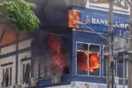 Satpol PP sebut lantai dua KCP Bank Lampung di Kota Agung habis total terbakar