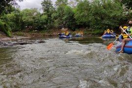 Komunitas Mat Peci susuri Kali Ciliwung peringati Hari Relawan