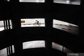 Lomba balap sepeda di parkiran mal