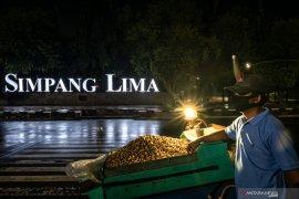 COVID-19 meningkat, akses Simpang Lima Semarang ditutup