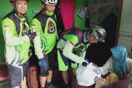 Komunitas sepeda berikan sembako kepada warga Penengahan terdampak COVID-19