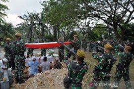 Tembakan Salvo iringi pemakaman Prajurit korban teroris MIT di Pekanbaru