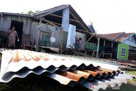 Kerusakan rumah akibat angin kencang di Mamuju