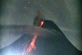 Gunung Merapi uncurkan awan panas guguran tiga kali hingga 1,8 km