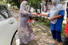 Ladies REI Sumbar berbagi 100 paket takjil di bulan ramadhan