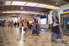 Peragaan busana di bandara Bandung