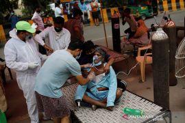 Kasus COVID-19 di India terus bertambah, warga antre mendapatkan oksigen gratis
