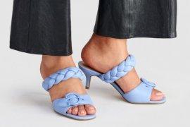 Masuk musim baru, Coach merilis sandal Mollie warna-warni