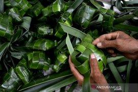 Permintaan kulit ketupat berbahan daun pandan