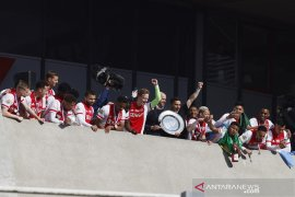Ajax sulap trofi Liga Belanda jadi cendera mata untuk suporter