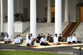 President, First Lady perform Eid prayers in Bogor Palace's yard
