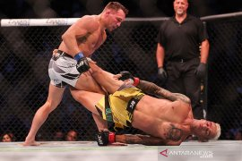 Tundukkan Chandler, Oliveira juara baru kelas ringan UFC
