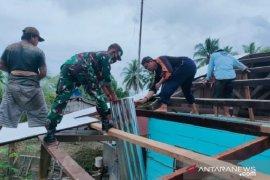 Koramil Napan karya bakti rehabilitasi rumah warga binaan