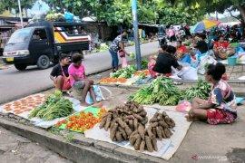 Mama Papua penjual pangan lokal mengadu ke lembaga kultural Papua Barat