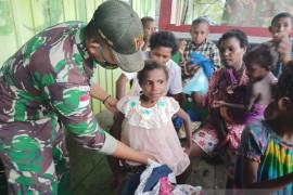 Satgas TNI bagi perlengkapan sekolah untuk anak di perbatasan