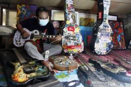 Gitar Kolase Limbah Kertas