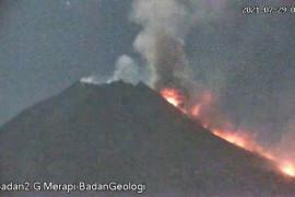 Awan panas guguran Gunung Merapi meluncur sejauh 2,5 kilometer