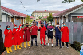Cara unik TNI-Polri salurkan bantuan di Kota Padang