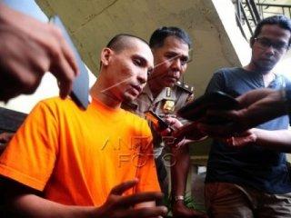 Pelaku pengunggah dan penyebar video asusila, Jamal (kiri) berbicara kepada wartawaan saat jumpa pers di Mapolda Kalbar, Kamis (23/4). Direktorat Reserse Kriminal Khusus (Ditreskrimsus) Polda Kalbar berhasil meringkus warga Kalimantan Utara, Jamal (27) karena telah mengunggah dan menyebarkan sejumlah video asusila kekasihnya, DS asal Kabupaten Sintang, Kalbar ke media sosial Facebook, karena itu pelaku diancam Undang-Undang No 11/2008 tentang Informasi Transaksi Elektronik dengan hukuman penjara maksimal enam tahun, dan denda maksimal 1 miliar. ANTARA FOTO/Jessica Helena Wuysang/Rei/ama/15.