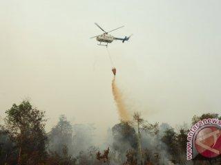 Helikopter Bolkow BO-105 dari Badan Nasional Penanggulangan Bencana (BNPB) melakukan water bombing di atas lahan gambut yang terbakar, di perkebunan sawit di Kecamatan Terentang, Kabupaten Kubu Raya, Kalbar, Rabu (21/10). Pemprov Kalbar bersama BNPB melaksanakan operasi pemadaman api dengan menggunakan Helikopter Bolkow BO-105 untuk menjatuhkan bom air (water bombing) guna memadamkan 154 titik api akibat kebakaran lahan yang terjadi di Kabupaten Kubu Raya, Kayong Utara dan Ketapang. ANTARA FOTO/Jessica Helena Wuysang/15
