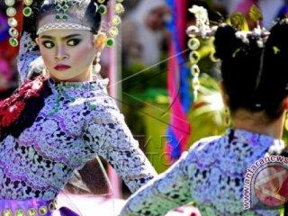 Dua penari siswi SMA Negeri 1 Telaga, Kabupaten Gorontalo menarikan tarian \