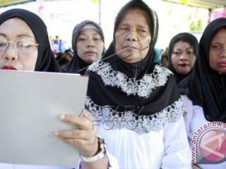Sejumlah Biang Kampung (dukun beranak) membacakan deklarasi kerja sama dengan Bidan dan Kepala Puskesmas di kabupaten Gorontalo, Selasa (8/3). Deklarasi tersebut sebagai bentuk kerja sama untuk mempercepat penurunan angka kematian ibu melahirkan di kabupaten Gorontalo. ANTARA FOTO/Adiwinata Solihin.