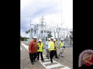 Presiden Joko Widodo (depan) didampingi Menteri BUMN Rini Soemarmo (kedua kiri) dan Dirut PLN Sofyan Basyir (kiri) berjalan bersama di lokasi Pembangkit Listrik Tenaga Gas (PLTG) Paguat, Kabupaten Pohuwato, Gorontalo, Jumat (3/6). Presiden Joko Widodo meresmikan PLTG Paguat berkapasitas 100 MW yang merupakan pembangkit listrik pertama yang beroperasi dari program pembangunan pembangkit listrik 35ribu MW. (ANTARA FOTO/Adiwinata Solihin)