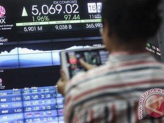 Karyawan mengamati pergerakan Indeks Harga Saham Gabungan (IHSG) di Bursa Efek Indonesia, Jakarta, Senin (11/7/2016). Setelah sepekan libur Lebaran, Indeks Harga Saham Gabungan melesat di hari pertama perdagangan. Indeks ditutup menguat 1,96% menjadi 5.069,02 dengan volume transaksi sebesar 6,09 miliar saham dan nilai transaksi mencapai Rp 9,18 triliun. (Foto Muhammad Adimaja)