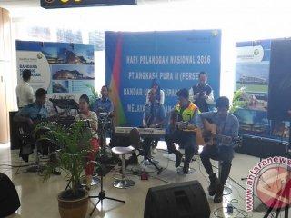 Sejumlah karyawan di lingkungan Bandara Supadio Pontianak, Minggu, bermain musik. GM Angkasa Pura II Bandara Supadio Pontianak Bayuh Iswantoro mengatakan, ini merupakan bentuk pelayanan kepada pelanggan terkait Hari Pelanggan Nasional 2016. (Teguh Imam Wibowo)